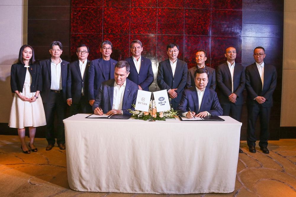 2018年4月,拜腾总裁兼联合创始人戴雷博士与一汽集团资本运营部部长、一汽资本控股有限公司党委书记、总经理张影先生签署战略合作投资框架协议