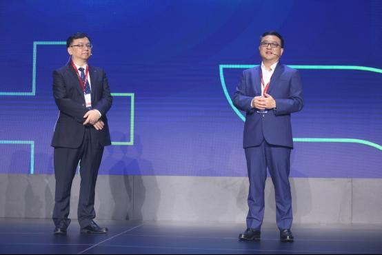 张亚勤(右)与王传福(左)同台对话