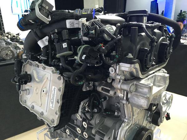 集成式水冷中冷器直接置于发动机侧面(图中左侧),可以大大缩短发动机进气需要途径的距离