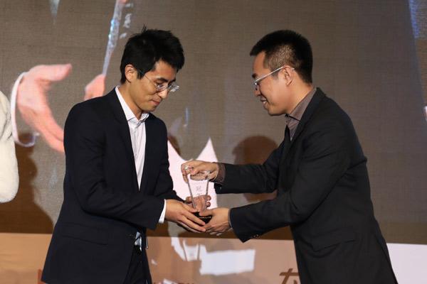 车云网及电动邦创始人程李为杭州智波科技颁奖