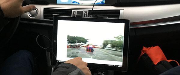 毫米波雷达在屏幕上把探测到的物体都用细线红框给标出出来了,而判定为障碍物的才用粗线红框。