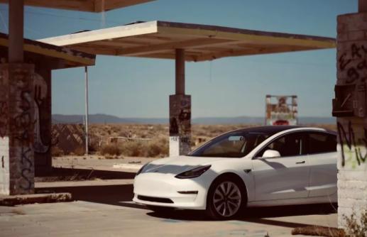 Model 3 停在废弃的加油站<Photo by Ryan>