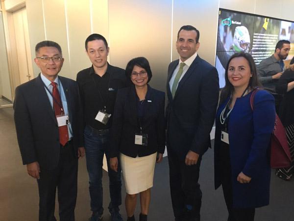 圣何塞市市长山姆·里卡多(右二)、当地议员与蔚来汽车创始人、董事长李斌、北美CEO伍丝丽在一起