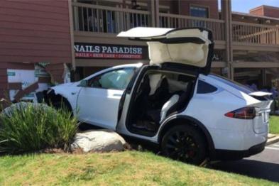 Model X车主误踩油门撞墙指责自动驾驶,特斯拉:这锅不背