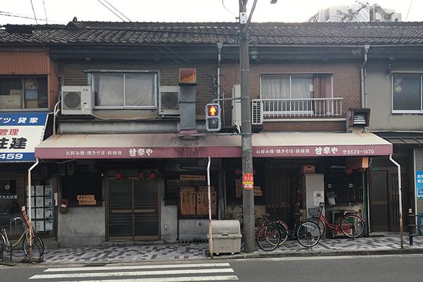 这家《孤独的美食家》第六集第一集提到的大阪烧店,开在远离闹市的居民区,光顾的多数是周边的居民,但味道真的是车云菌吃过最棒的,值得推荐!