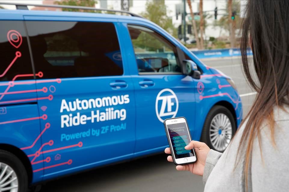 通过智能手机预约机器人出租车
