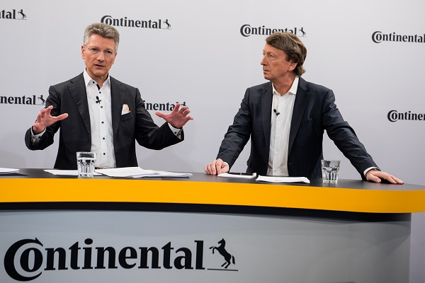 大陆集团董事会主席Elmar Degenhart(左)与CEO Wolfgang Schäfer(右)
