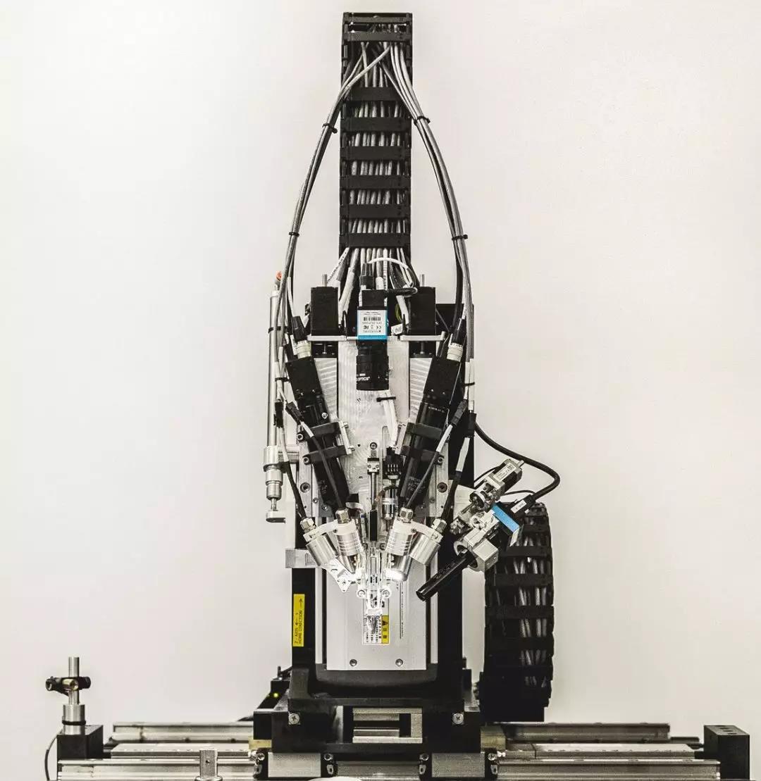 Neuralink 打造的用于插线的机器人。