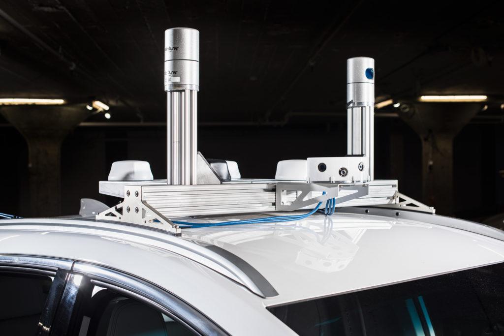 """Cruise进行测试的Bolt车型顶部安装有雷达,摄像头,Lidar等能够""""看清""""周围环境的传感器"""