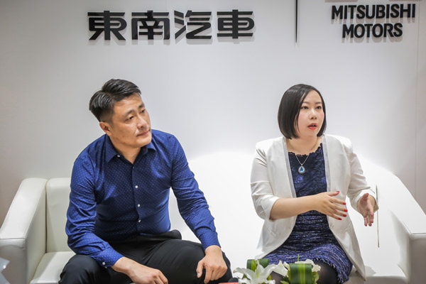 东南汽车总设计师张雪龙先生(左)和德国红点中国区总经理施洁予女士(右)