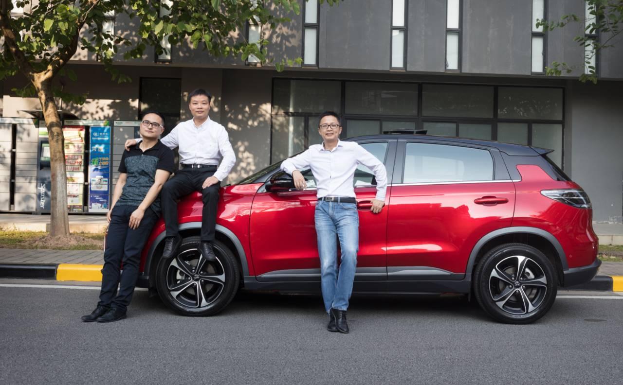 小鹏汽车联合创始人、总裁夏珩(右一)