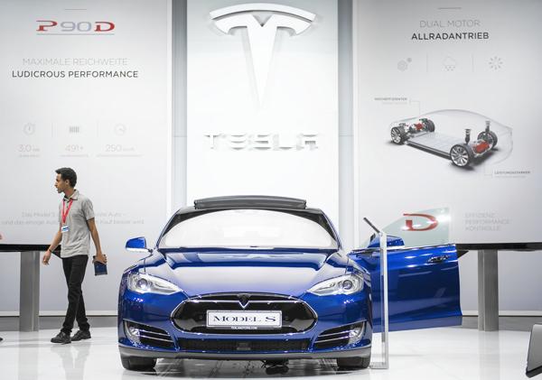 特斯拉直营店内陈列的Model S纯电动汽车