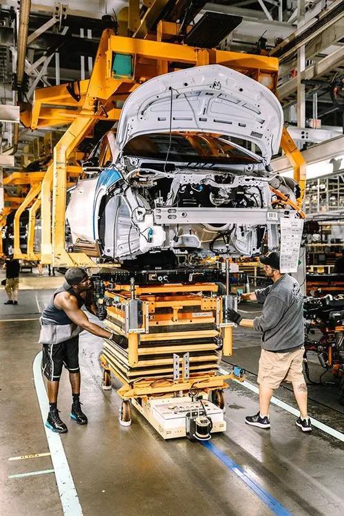 离底特律不远处,密歇根州奥莱恩镇(Orion Township)的奥莱恩装配厂(Orion Assembly Plant)内,工人们正在装配一辆雪佛兰Bolt(Chevy Bolt) 电动汽车。《财富》特约摄影:WILLIAM WIDMER