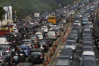 印尼警方首次利用无人机辅助疏导节日拥堵交通