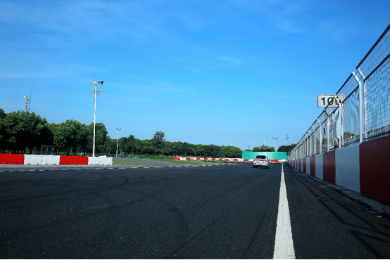 测试车在低速、常速、高速情况下的声学品质均远优于燃油车