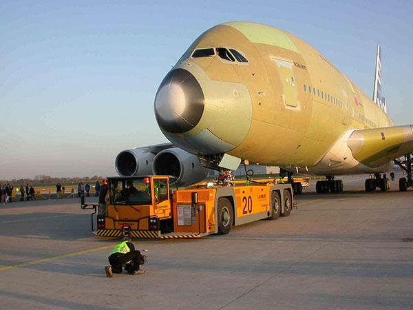 正在牵引A380的1360牵引车,可见车头的驾驶舱已经升了起来