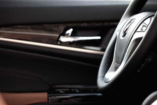 """从侧面看,方向盘的""""内敛""""曲度非常优美,同时在驾驶时,这个位置也便于把手搭上去。"""