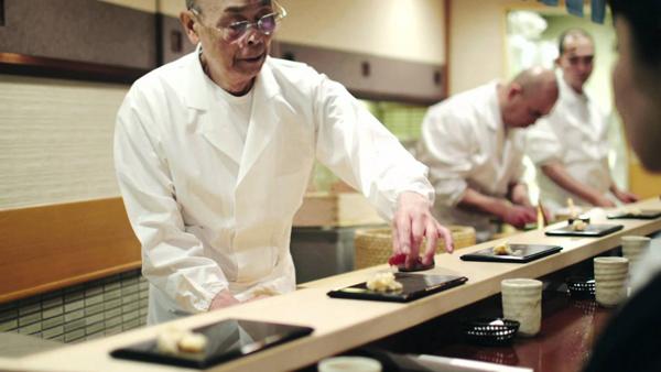 工作中的寿司之神--小野二郎