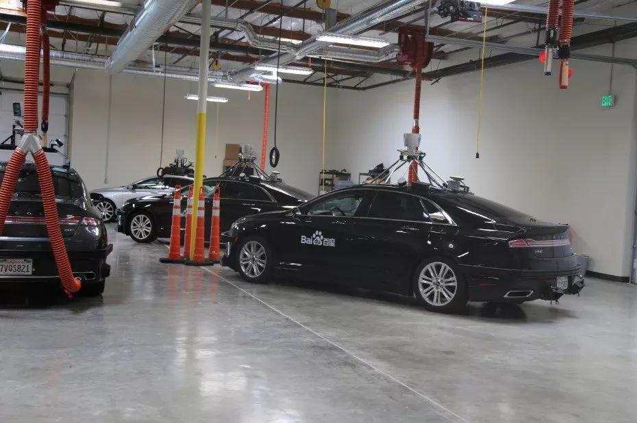 自动驾驶测试车停在位于硅谷的百度新研发中心的汽车实验室中