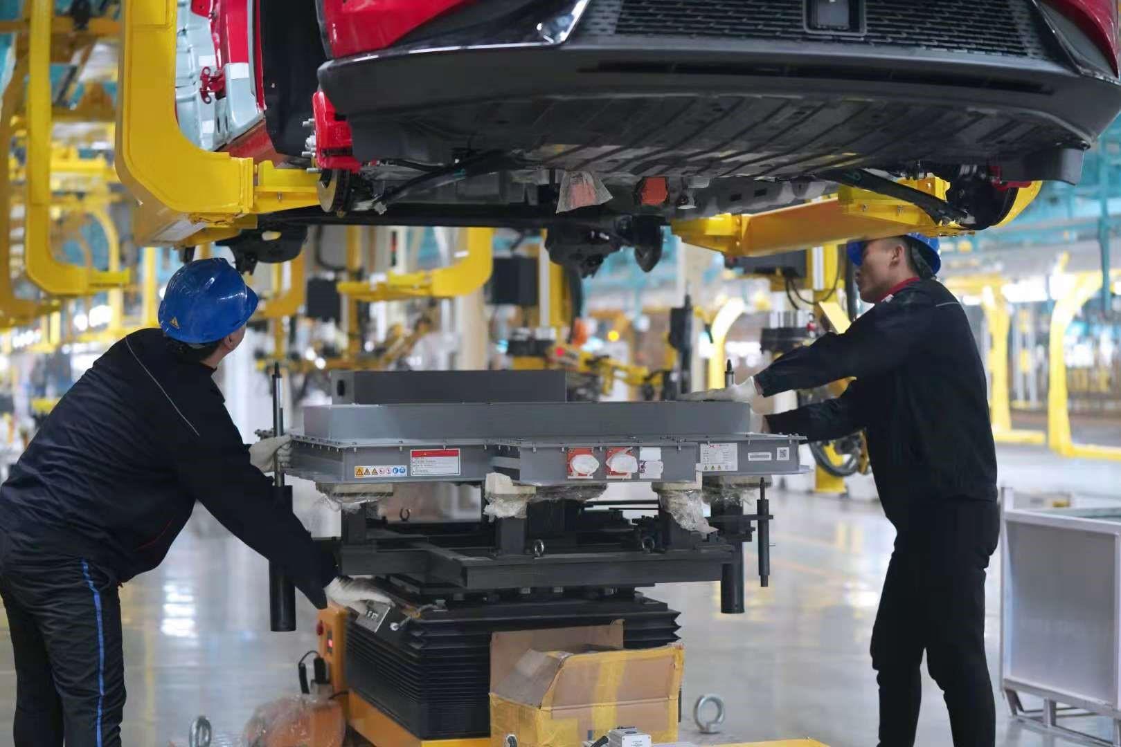 海马小鹏智能工厂总装车间-电池包安装