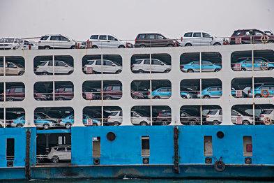 """中国最牛停车场全球首创""""激光导航+梳齿交换""""泊车机器人"""