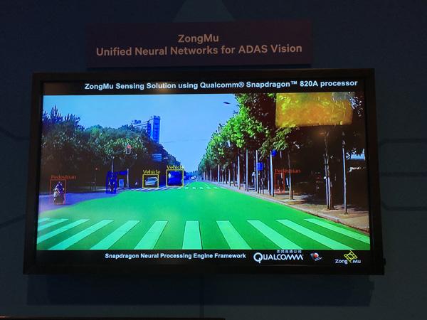 这款原型系统能够准确识别道路行人、机动车辆,绿色部分为绘制的可行驶区域