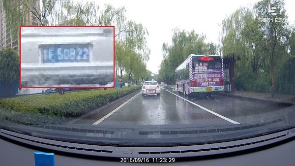 拍照模式:雨天在长距离的条件下,行车记录仪1S也能较清楚地拍到前方车辆的车牌(图片上传有压缩)
