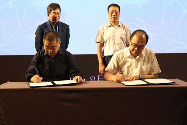 中驰车福创始人张后启(左)与台湾厂商签约