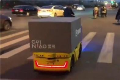 菜鸟无人车在开放道路测试,准确识别红绿灯,带货箱没有驾驶室