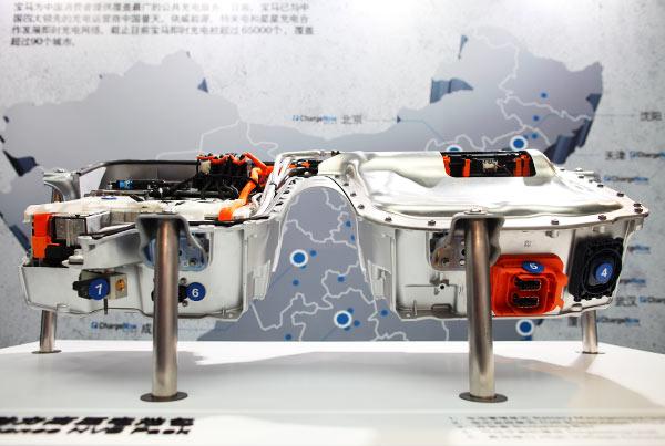 530Le的电池包,架在驱动轴之上,固定在车底盘之下。