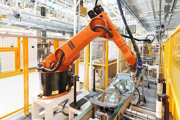 机器人在给玻璃涂胶