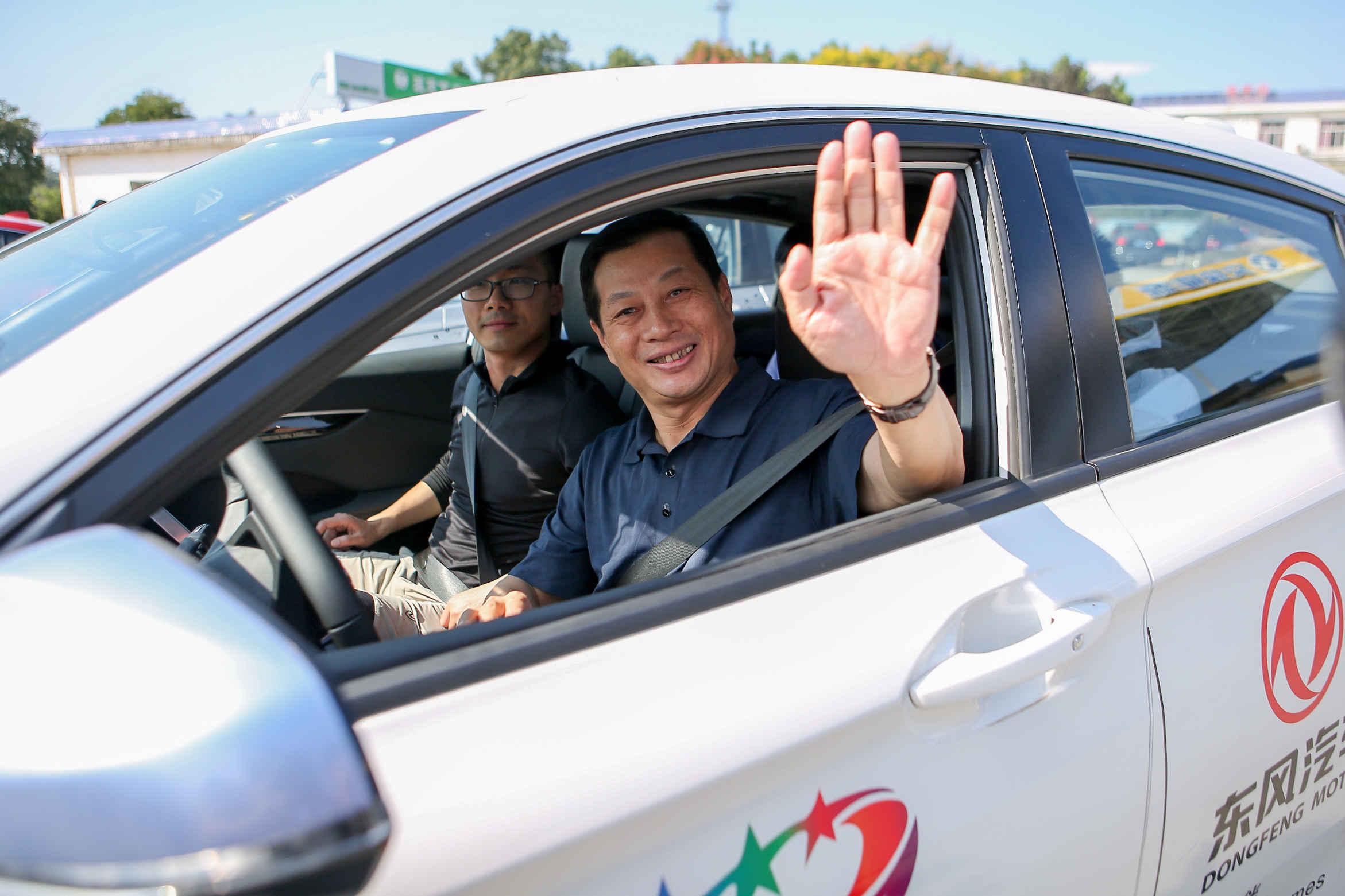 东风汽车集团有限公司董事长、党委书记竺延风试驾L3级自动驾驶奕炫通过汉十高速