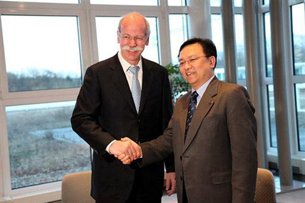 2010年,比亚迪与戴姆勒签订谅解备忘录,戴姆勒-奔驰总裁Dieter Zetsche和比亚迪总裁王传福握手