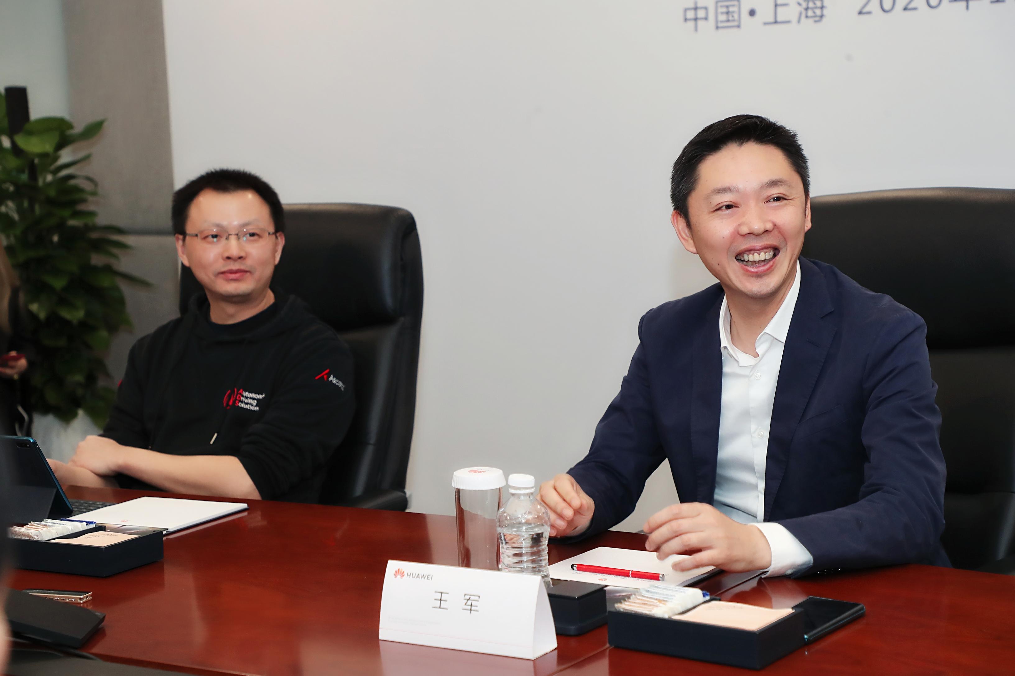 华为智能汽车解决方案BU总裁王军、ADS智能驾驶产品线总裁(右)和首席架构师苏菁(左)