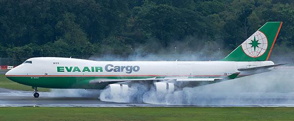 """飞机在雨水跑道上开反推,被机友称为""""吹水"""",是能直观体验到飞机发动机强大动力的最佳方式(照片来源自民航网,感谢相应的航空爱好者)"""