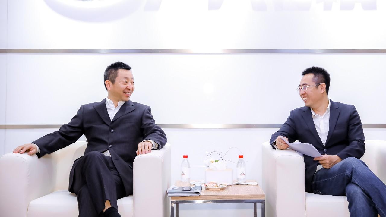 广汽研究院首席技术总监祁宏钟(左)接受车云网、电动邦创始人程李专访