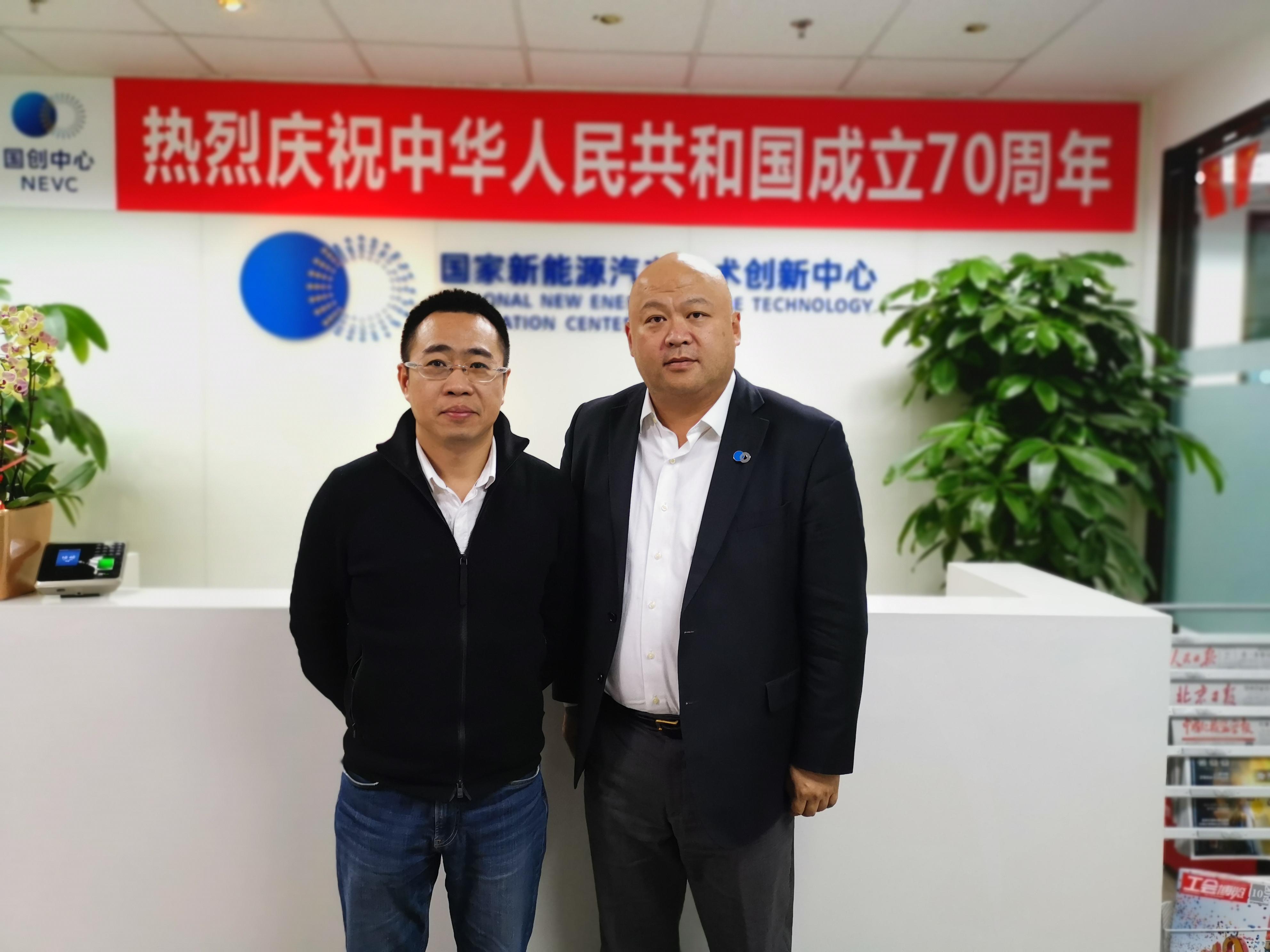 车云网、电动邦创始人兼CEO程李(左)与国创中心总经理原诚寅(右)合影