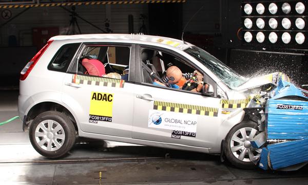 传统汽车进行的安全碰撞测试