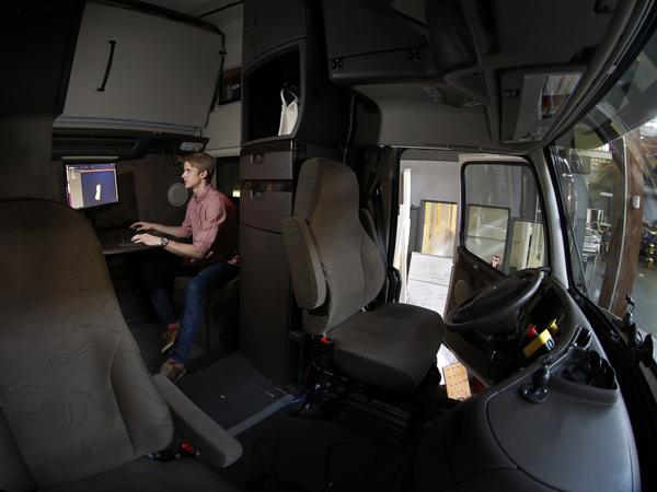 Otto公司高级工程师Don Burnette,正在一辆自动驾驶拖斗卡车后调试相关软件。自动驾驶卡车有望让卡车司机更安全、更舒适。