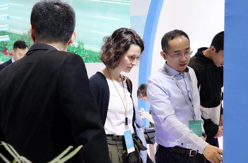 上海车展上居建丰先生向观众讲解