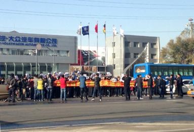 总部大门遭百人围堵,一汽大众车主维权事件发酵