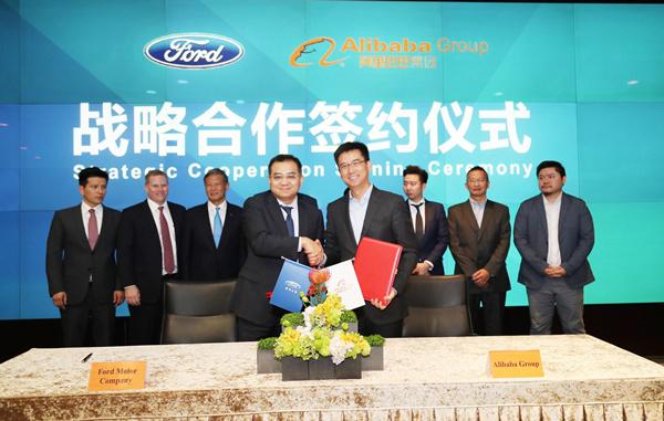 福特汽车(中国)有限公司董事会主席兼首席执行官罗冠宏(Jason Luo)与阿里巴巴集团资深副总裁、阿里云总裁、AliOS总裁胡晓明分别代表两家公司签署了战略合作协议