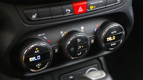 自由侠中控上的功能按钮,如果你驾驶这个小车一段时间,你就可以轻易在黑暗中摸索着找对方位,控制你想操作的那些功能了