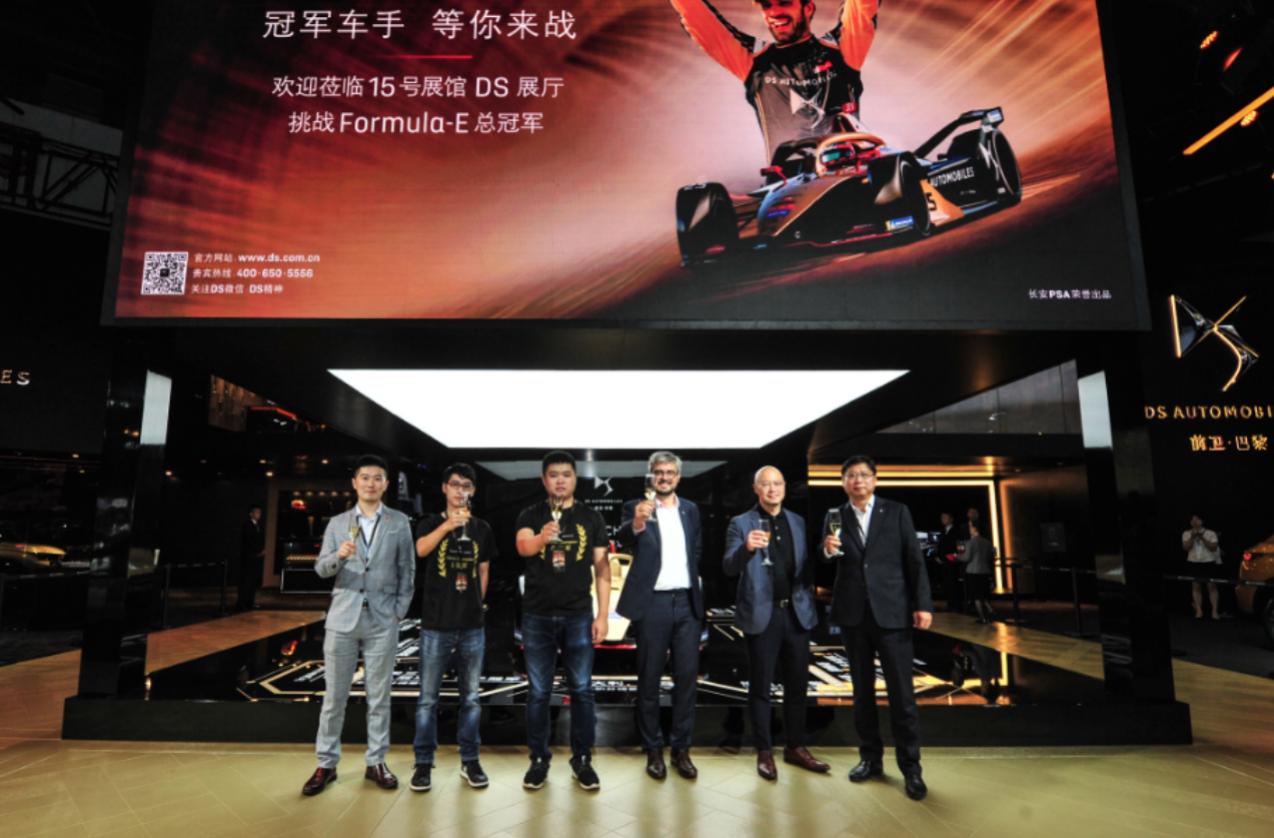 三位DS车主与长安PSA DS销售公司总经理何国伟(右一)、长安PSA DS产品及市场总监费安哲(右三)、DS钛麒车队总裁屈永恩(右二)共同为小程序揭幕