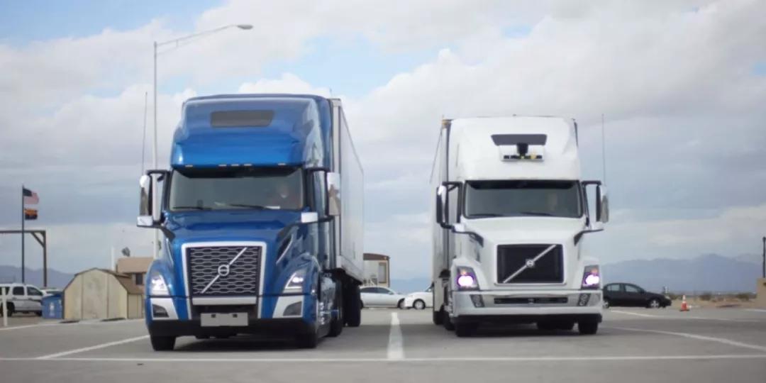 在进入市区后,一辆传统卡车拉着另一辆自动驾驶卡车。