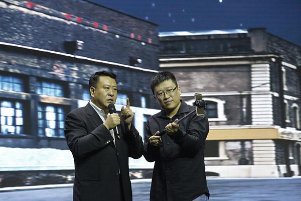 北汽集团董事长徐和谊(左)在直播
