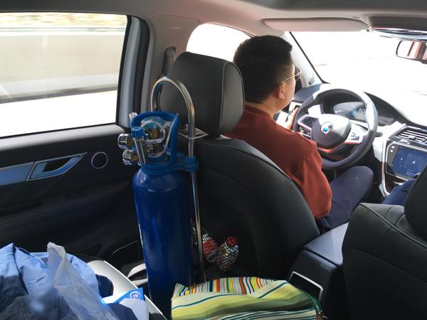 为了防止车内乘员高反影响行车安全,每辆车都配备了一个氧气瓶