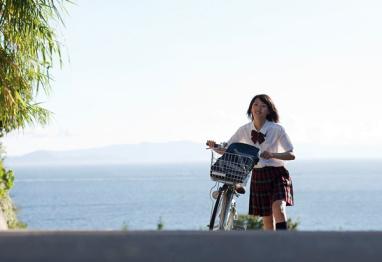 女主播穿裙子骑自行车啦,电动的!