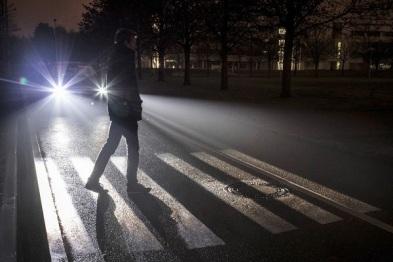 """奔驰展示全新""""数字灯光""""系统,可自动投射标识"""