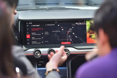 """哈曼联手英特尔打造""""智能驾驶舱"""",搭载贯穿式QLED屏幕"""